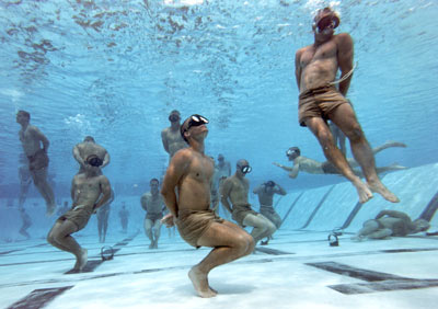 Navy SEALs tying knots underwater (Pic courtesy of ItsTactical)